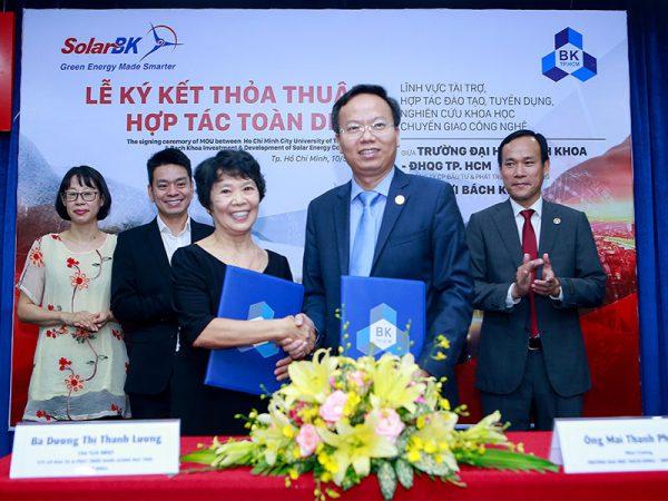 Lễ kí kết giữa 2 bên, đại diện là PGS. TS. Mai Thanh Phong - Hiệu trưởng ĐHBK và Bà Dương Thị Thanh Lương - Chủ tịch HĐQT SolarBK